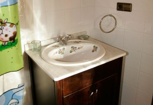 Baño completo. Detalle lavabo